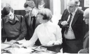 Renate Drucker zeigt Interessierten Archivalien, 1970er Jahre