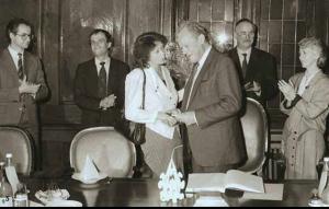 Altbundeskanzler Willy Brandt trägt sich im Beisein von Bürger- meisterin Dagmar Szabados (v.r.) in das Goldene Buch der Stadt Halle (Saale) ein, 1990.