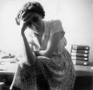 Renate Drucker im Universitätsarchiv, damals zwischen Augusteum und Paulinerkirche, 1950er Jahre