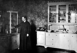 Hope Bridges Adams im Sprechzimmer der Münchener Praxis, 1901