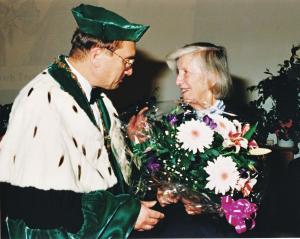 Friederike Trefftz mit Rektor Achim Mehlhorn anlässlich der Namengebung des Hörsaalgebäudes der Fachrichtungen Mathematik und Physik der TU Dresden, das fortan den Namen Trefftz-Bau trägt, 1994