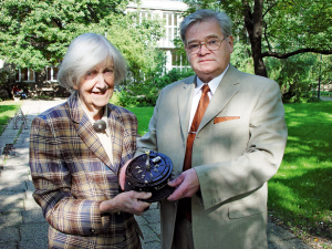 """Friederike Trefftz übergibt die historische Rechenmaschine """"Mercedes"""" an Mathematik-Professor Volker Nollau, 2002"""