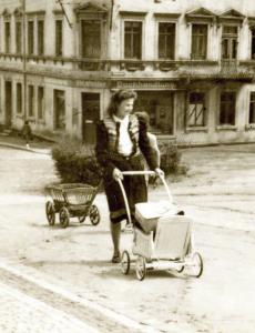 Ursula Schubert vor dem Hauptgebäude der Ingenieurschule Mittweida auf dem Weg zum Bahnhof: Für den Transport ihrer Bücher nutzte sie ein ungewöhnliches Transportmittel, um 1949