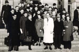 Ursula Schubert und ihre Kommilitonen des Semesters E2 vor dem Hauptgebäude der Ingenieurschule Mittweida, 1949
