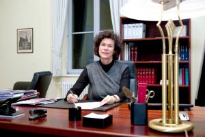 Die Rektorin an ihrem Schreibtisch, 2011