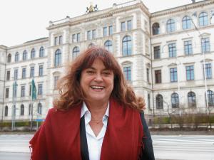 Die kommissarische Rektorin der TU Chemnitz Cornelia Zanger vor dem Hauptgebäude der Universität, 2011