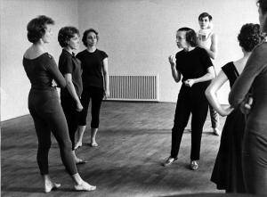 Gret Palucca beim Tanzunterricht in einem Sommerkurs, 1960