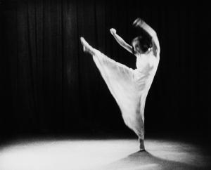 """Gret Palucca während einer Tanzvorführung (Szene aus dem Dokumentarfilm """"Serenata"""" der Nerthus-Filmgesellschaft), 1933"""